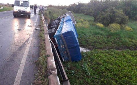 Ruta 11: Camión cayó de un puente