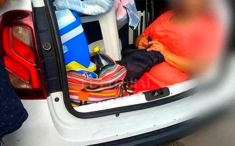 Multaron a un argentino en Brasil por llevar a la suegra en el baúl