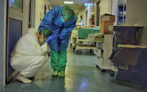 Desesperación en Italia: Se suicidaron dos enfermeras y miles de médicos contagiados