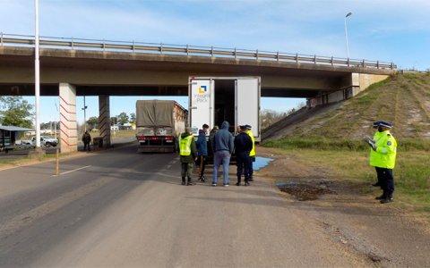"""Ruta 14: Iba excedido de velocidad y les """"tiró"""" el camión a los policías"""
