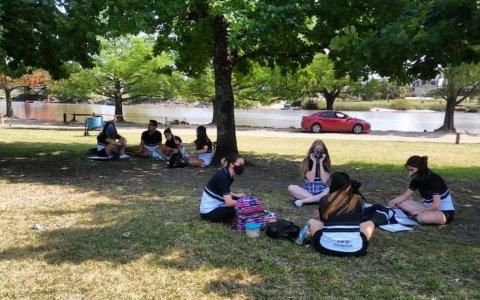 """Alumnos """"tuvieron clases"""" en el Parque Unzué"""