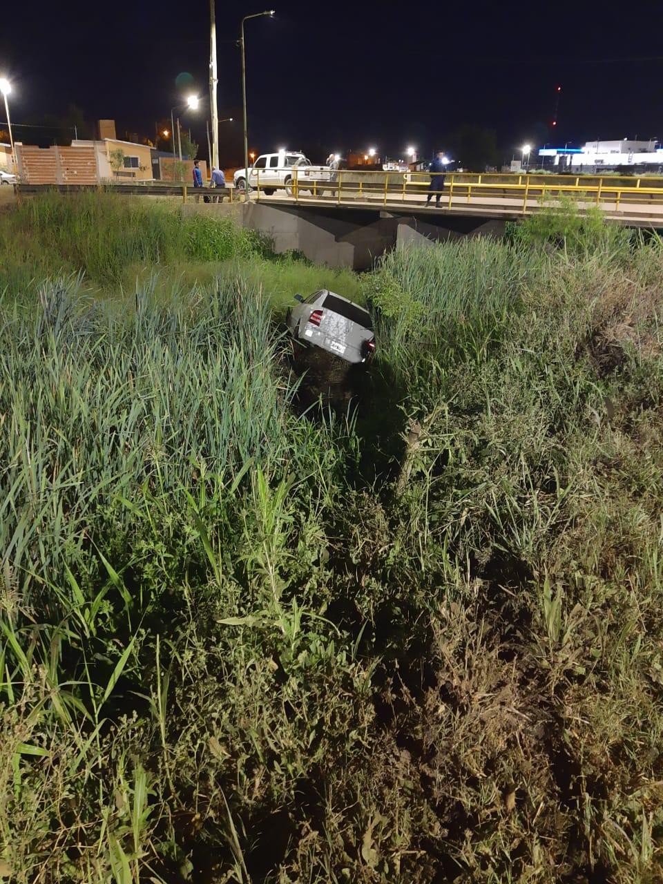 Auto despistó y cayó en un zanjón