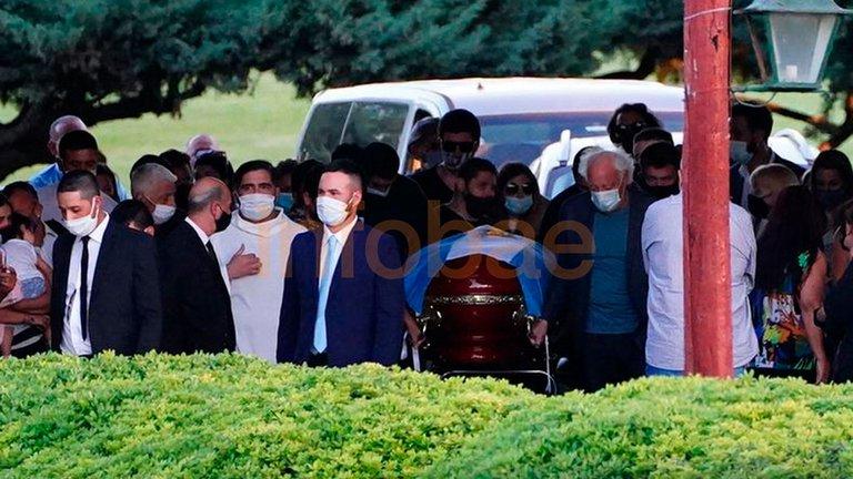Diego Maradona ya descansa junto a sus padres