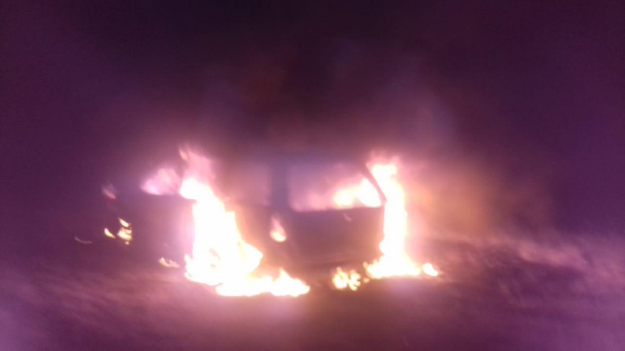 Impactante incendio de vehículo en Ruta 12