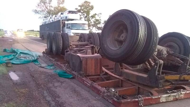 Ruta 14: Volcó un camión y desparramó la carga en la autovía