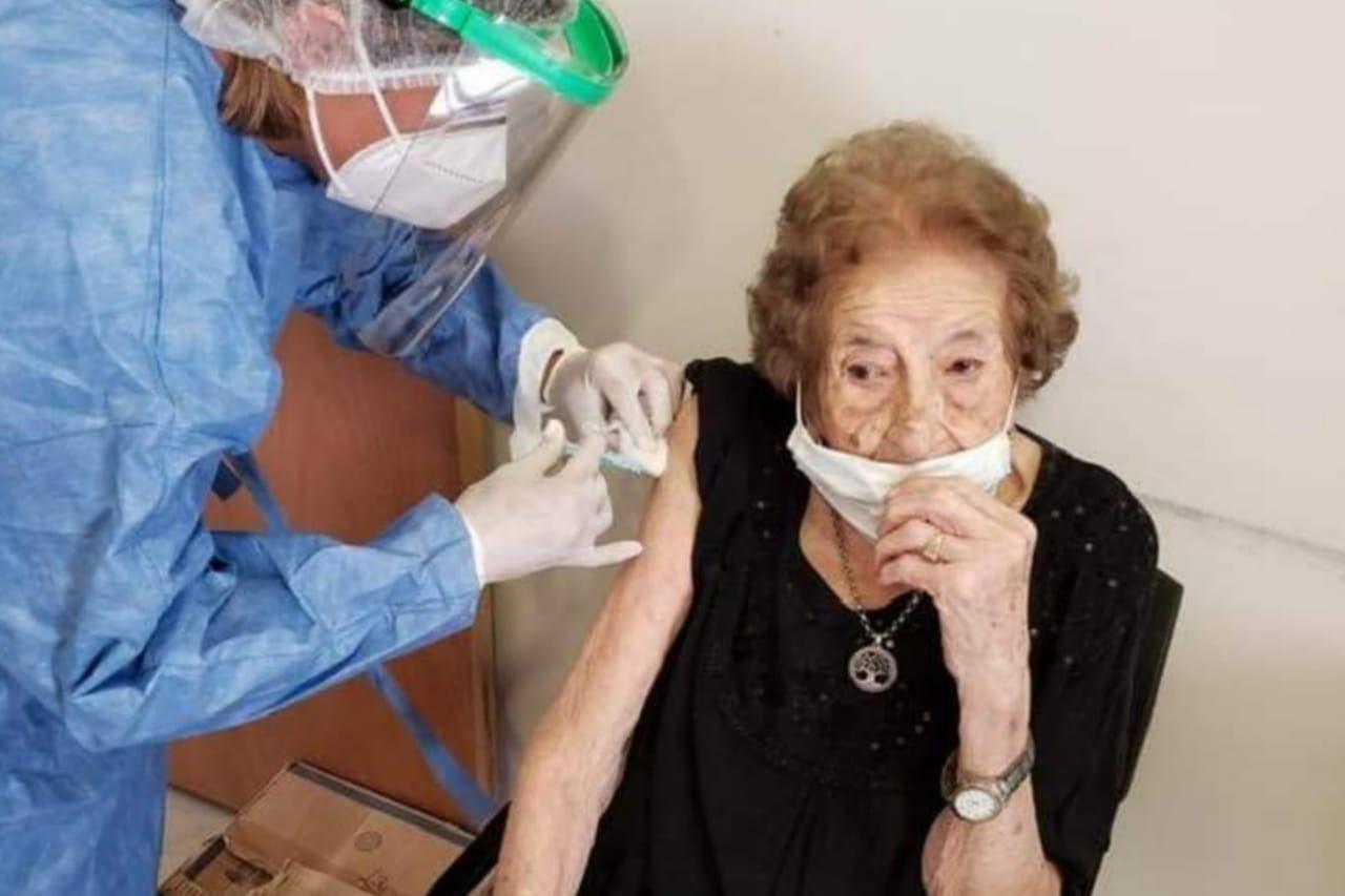 Vacunaron a una abuela gualeguaychuense de 105 años